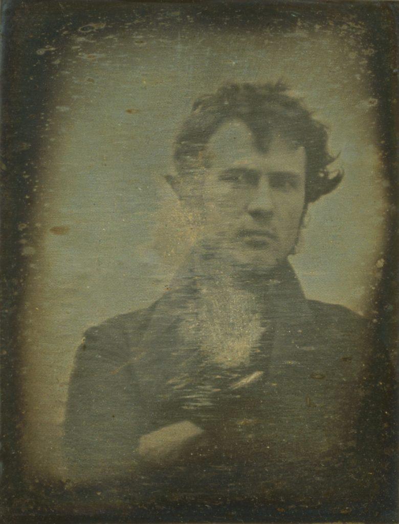 První známé selfie, autoportrét Roberta Corneliuse, rok 1839